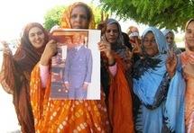 Les familles arborant le portrait de O. Abdelkader