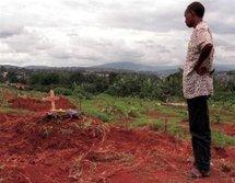 Un homme devant la tombe d'une victime du génocide de 1994 à Kigali au Rwanda.