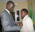 Le ministre des finances décore un employé de son département