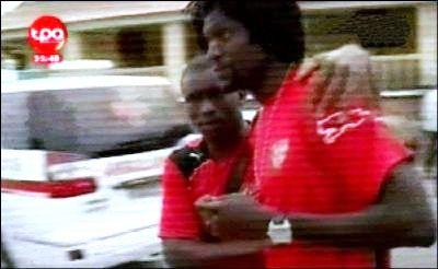 Le capitaine de l'équipe du Togo Emmanuel Adebayor (D) réconforté par un camarade