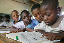 Les élèves se tournent vers leurs enseignants, en particulier les femmes, pour demander des informations sur le VIH