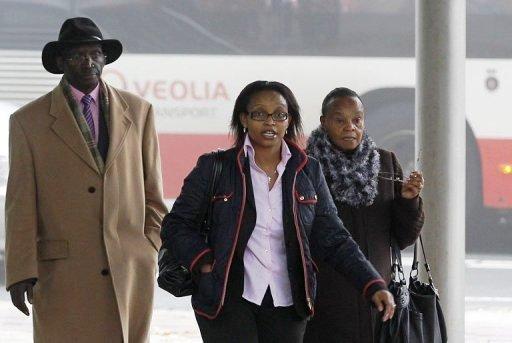 Yvonne Basebya (d), Néerlandaise d'origine rwandaise, arrive au tribunal de La Haye, le 22 octobre 2012