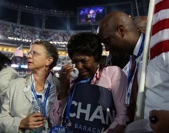 Une femme pleure après le discours d'acceptation de Barack Obama jeudi soir à Denver