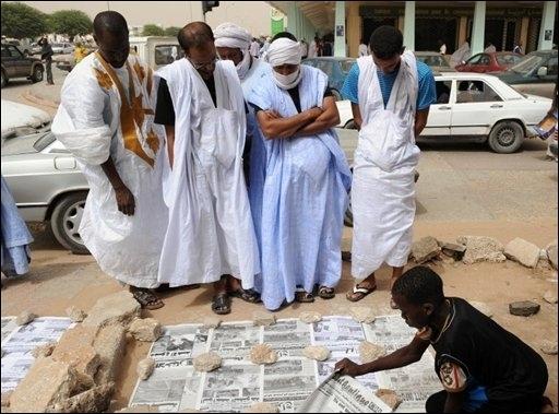 Des Mauritaniens lisent la presse du jour à Nouakchott, le 6 octobre 2008