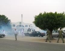 La police disperse des manifestants du FNDD devant le palais de justice