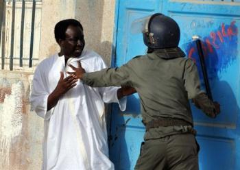 Un partisan du président mauritanien renversé Sidi Ould Cheikh Abdallahi malmené par un policier, le 8 août 2008 à Nouakchott