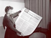Eleanor Roosevelt, Présidente de la Commission des droits de l'homme, regardant la Déclaration universelle des droits de l'homme en espagnol.