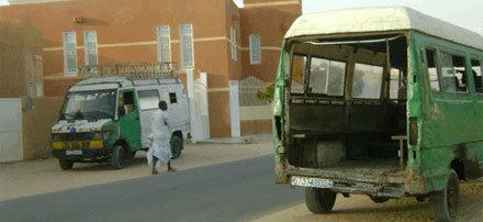 Bus ayant servi à convoyer les manifestants, en stationnement dans la rue où habite le Président de la République