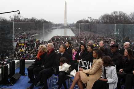 Accompagnés de leur famille, Barack Obama et Joe Biden suivent la cérémonie en haut des marches du Lincoln Memorial.