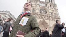 Bousculade entre militants devant Notre-Dame de Paris