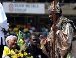 L'ancien président sud-africain Nelson Mandela  salue un dignitaire de l'église en habit traditionnel, le 19 avril 2009 à Johannesburg
