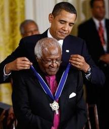 Desmond Tutu et Sydney Poitier décorés par Barack Obama
