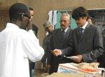Le commissaire aux droits de l'homme supervise la distribution de produits alimentaires aux mendiants