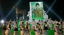 Des danseurs évoluent autour d'un portrait géant de Mouammar Kadhafi lors d'une soirée organisée par le chef d'Etat libyen pour ses homologues africains.