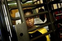 Une Zimbabwéenne, immigrée clandestine en Afrique du Sud, au centre de rapatriement de Lindela,