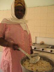 Nené Koné prépare la bouillie composée de riz, poisson et légumes, distribuée aux enfants au centre de santé de Dar Naim