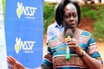 Déguisée, la ministre de la Santé ougandaise épingle des travailleurs médicaux corrompus