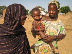 Aminetou G. avec sa fille et sa petite-fille de 18 mois. En août, la petite fille a été dépisté pour une malnutrition sévère, elle s'est maintenant presque complètement remise