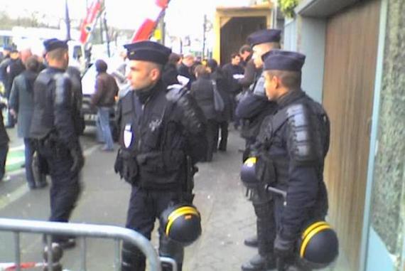 Evacuation au 69 boulevard Poniatowski, dans le 12e arrondissement de Paris, jeudi 28 janvier 2010.
