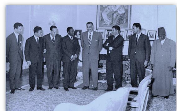 On reconnait de droite à gauche : El Hadj Mahmoud Ba, Inspecteur d'enseignement arabe et fondateur de l'école Al Fallah, Mohamed Ould Maouloud Conseiller à l'Ambassade de la Mauritanie à Tunis, Hadrami Ould Khatri, Ministre de l'Education nationale, Son Excellence Gamal Abdel Nasser, Président de la République Unie d'Egypte, Docteur Bocar Alpha Ba, Ministre de la Santé, chef de la délégation mauritanienne, Mohamed Nabawi El Mouhandiss, Ministre égyptien de la Santé, Ahmed Baba Miské agent et Mohamed Ould Weddady, journaliste de la presse officielle mauritanienne.