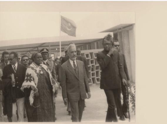 Février 1978, inauguration de l'Ecole Normale Supérieure de Nouakchott. De droite à gauche : Son Excellence Mobutu Sese Seko, Président de la République du Zaïre,  Son Excellence Moktar Ould Daddah, Président de la RIM et Madame Ba, directrice de l'ENS.