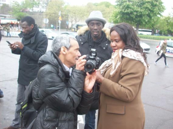 Ici Boubacar SY de l'AJD/MR qui initie Mariame Kane à la photographie.