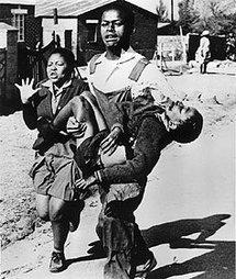 Le corps du jeune Hector Petersen, 13 ans transporté par un de ses camarades. Cette photo permis de faire comprendre à la communauté internationale les horreurs de l'apartheid