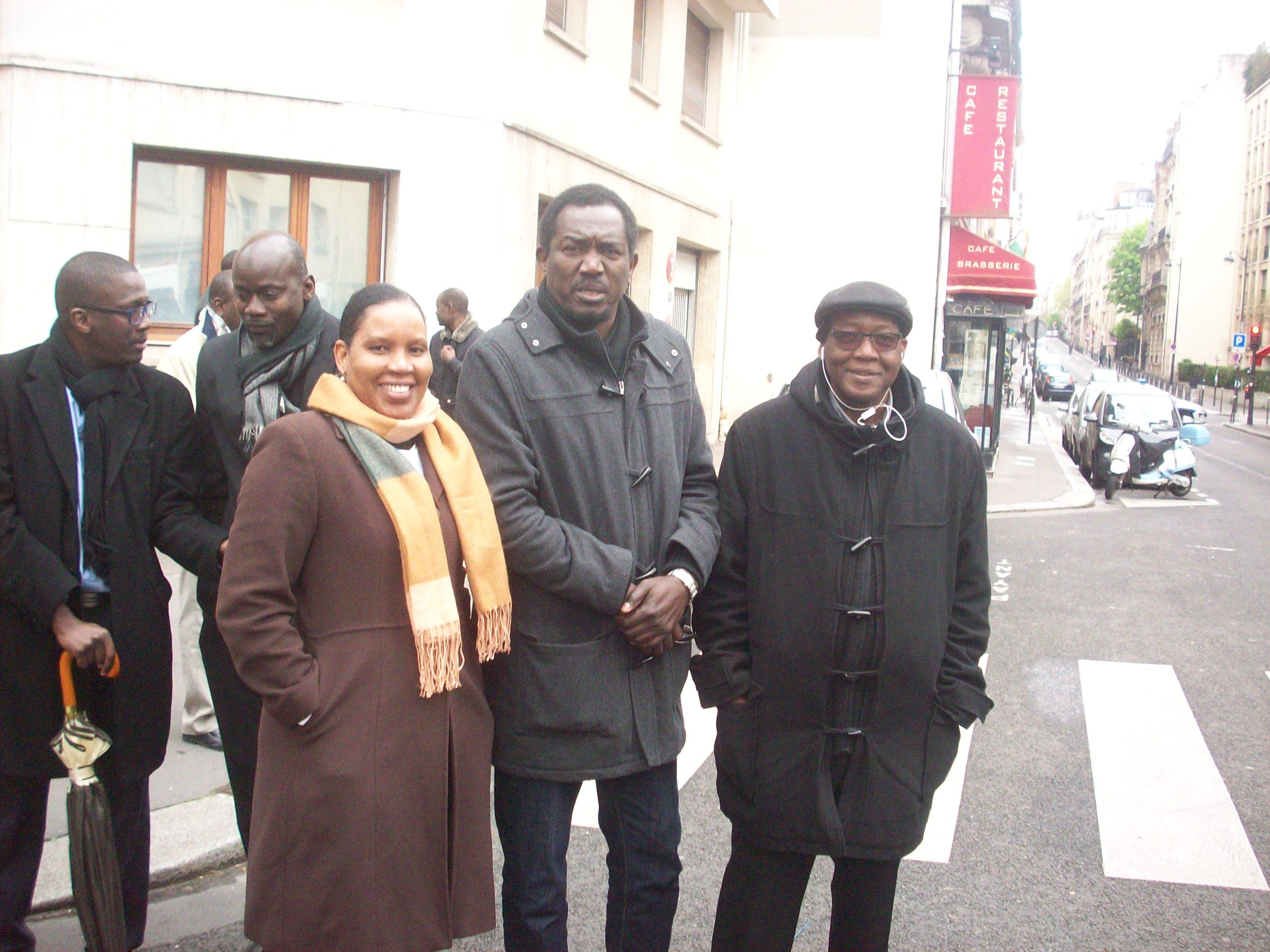 Rougui DIA chargée de l'humanitaire de l'AVOMM en compagnie de Ousmane, Harouna, Abou SARR de l'AVOMM